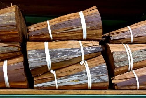 箕甲という約物。1.2㎝幅でずらしながら何枚も重ねて屋根の曲線部分を葺く。