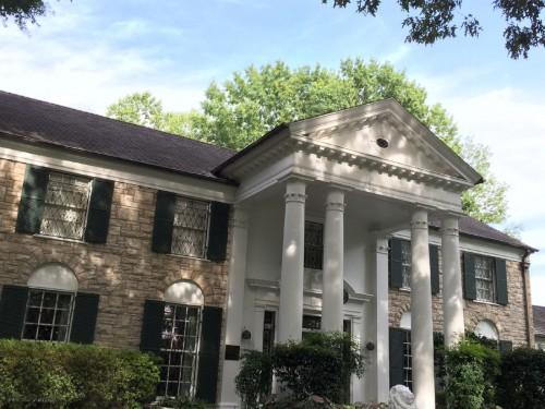 """まさに""""邸宅""""と呼ぶにふさわしい、威風堂々とした造りの『グレースランド・マンション』の正面玄関。"""
