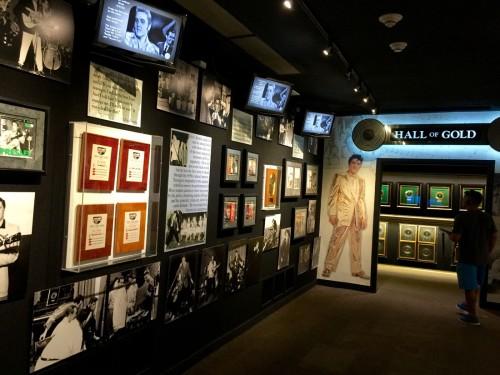 全米No.1に輝いた曲は、全部で18曲とか。博物館には記念のゴールドディスクが壁一面に展示されている。