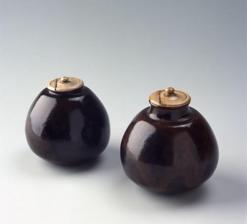 大名物 唐物茄子茶入 「松本茄子(紹鷗茄子)」(左)と「付藻茄子」(右) 南宋~元時代(13~14世紀)