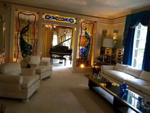 孔雀のステンドグラスが印象的なリビングルーム。奥のピアノを弾くこともよくあったという。
