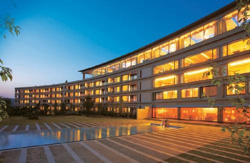 客室すべてが約100平方m以上と国内リゾートホテルとしては最大級の広さを誇る。内装はモダンでありながら日本の伝統美を取り入れて落ち着いた雰囲気を醸し出している。フランスのオランド大統領は2リビングを備えた、ホテルで一番広い21平方mある「ロイヤルスイートルーム」に宿泊。