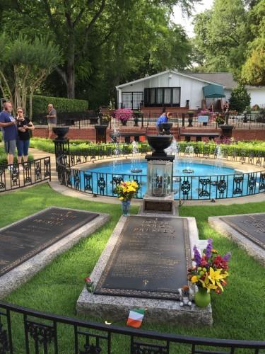 エルヴィスのお墓も敷地内にある。瞑想のために造られた『メディテーション・ガーデン』の一角に、両親と祖母とともに静かに眠っている。