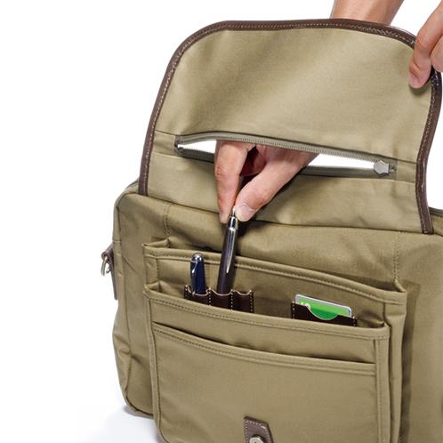 前蓋のファスナーからポケットに直接手を入れることができる。※写真は説明用で、実際は前蓋を閉じた状態で使います。