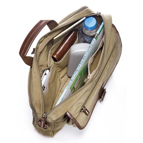 『サライ』がすっぽり入る主室。ファスナーポケットや財布、スマートフォンなどが収まる大小のオープンポケットを3個装備している。