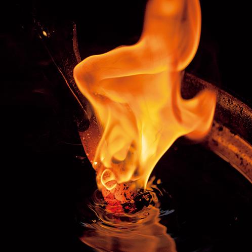 刃物の切れ味を左右する焼き入れの工程。貴重な技術継承者であることから、正次郎は東京都と千葉県から伝統工芸の指定を受けている。
