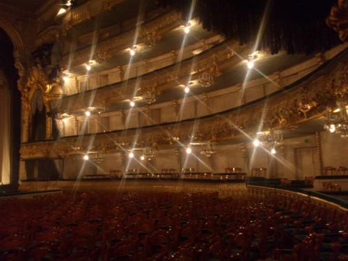 歴史あるマリインスキー・オペラ第1劇場の内部。誰もいない客席には、劇場の神様が宿っていると思わせるほど神秘的な雰囲気が漂っていた。