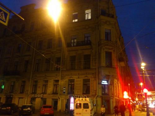 旧暦1893年10月25日、サンクトペテルブルクの中心部にあるこのアパートの一室で作曲家チャイコフスキーは亡くなった。伝説的バレエダンサーのウラノワもここで暮らしている。