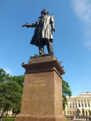 こちらはネフスキー大通りからロシア美術館に向かって折れた正面の広場にあるプーシキンの像。