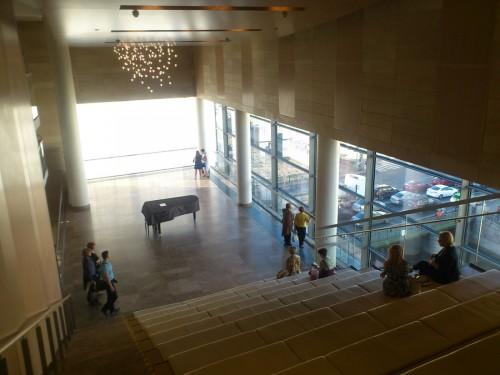 マリインスキー・オペラ第2劇場にて。ガラス張りの現代的な最新の劇場で、ピアノ・リサイタルも行うことができるこうしたホワイエもある。