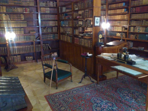 プーシキンの書斎。膨大な蔵書に囲まれながら、執筆活動にいそしんでいたことがうかがえる。