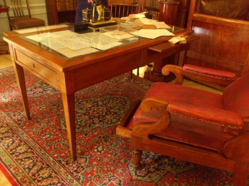 プーシキンの机と椅子。当時のロシア皇帝ニコライ1世をはじめ全ロシアから敬愛される国民的詩人であった。