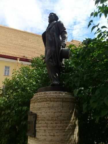 プーシキンの家博物館の中庭にある詩人の像。