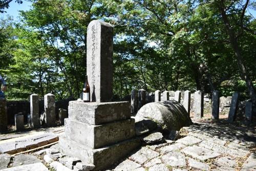 """入山公廟は、標高約1400mに立つ""""日本一高い""""大名墓として知られています。"""