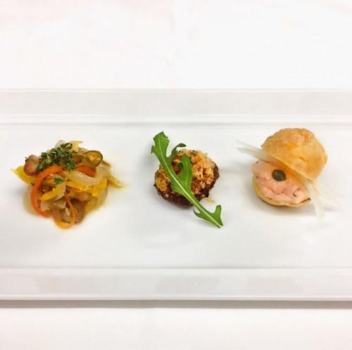 日本のイタリア料理の先駆者であり、昨年「現代の名工」を受賞した片岡護シェフがプロデュースする西麻布のリストランテ「アルポルト」。アートのように繊細なイタリア料理で魅了する。左から鯵のカルピオーネ/椎茸のグラティネ/スモークサーモンのリエッ ト。