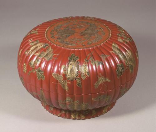 花蝶存星菊花形盒「大清乾隆年製 慶雲仙盒」銘 清時代・乾隆年間(1736~95)