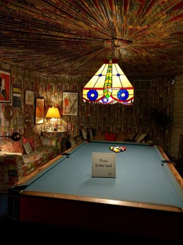 天井の中央部から、放射線状にヒダ状の布で覆った凝った造りのビリヤード専用ルーム。