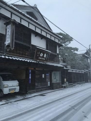 冬の白藤酒造店・正面玄関。