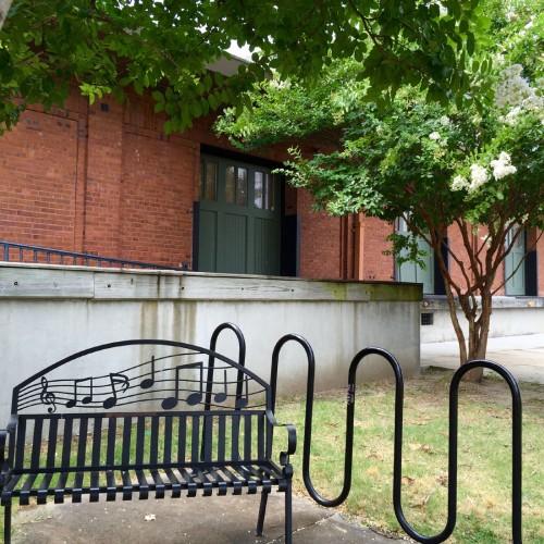 『デルタ・ブルース・ミュージアム』前に置かれたベンチ。音符は一体、どの曲なんだろう。