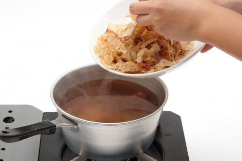 ②①が煮立ったら鰹節30gを加えて、弱火で30分ほど煮る。半分くらいまで水量が減ったら火からおろして冷ます。