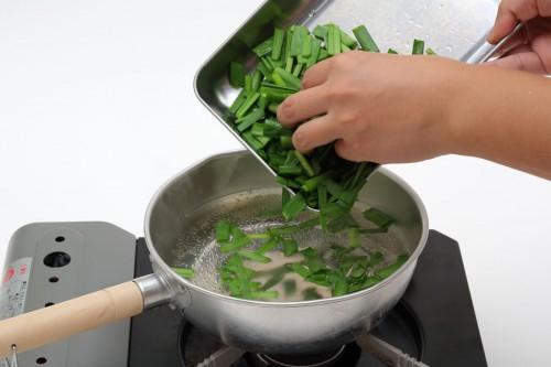 ②ニラを熱湯に入れてさっと茹でる。加熱することで臭いが緩和される。