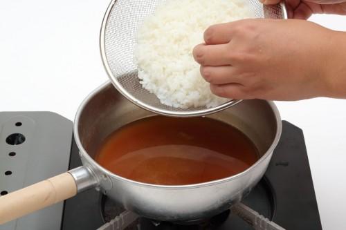 ③味噌汁に洗ったごはんを入れてひと煮立ちさせる。