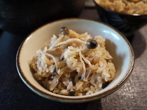 「つや姫」と舞茸、シメジ、エリンギなどの炊き込みご飯。お焦げも楽しめるので、土鍋で炊くのがお薦めだ。