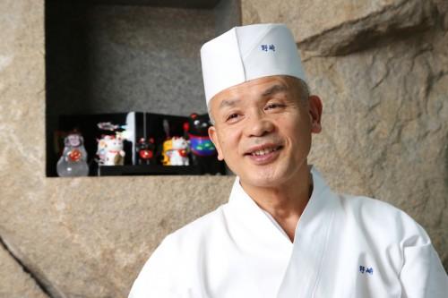 野﨑洋光(のざき・ひろみつ)さん。1953年、福島県生まれ。「東京グランドホテル」、「八芳園」を経て、80年に『とく山』料理長、89年に東京・麻布に店を構える日本料理店『分とく山』総料理長となる。