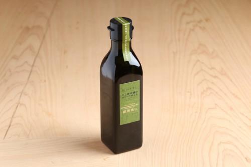 緑色をした若いオリーブの果実から搾った新鮮な「エキストラヴァージン緑果オリーブオイル」。爽やかな風味と心地よい辛みが楽しめる