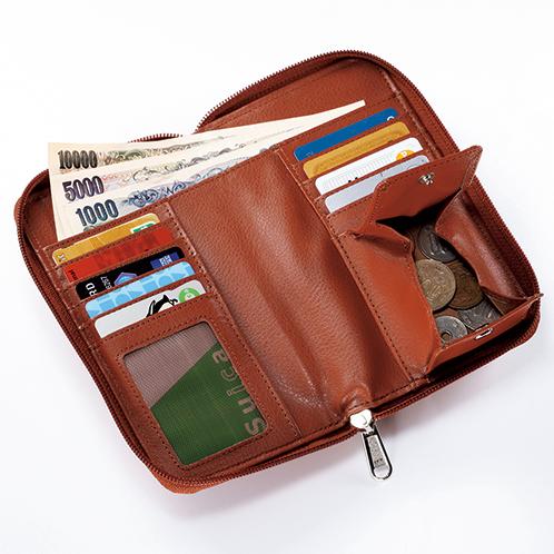 余裕の収納スペース。札入れ、10枚収納のカードポケット、オープンポケット2個、小銭入れを装備。オープンポケットにはパスポートも入る。