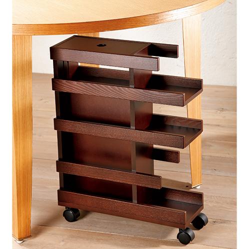 ダイニングテーブルの下にも入るコンパクトなサイズ。軽い力で移動できるので、部屋間を移動して使うこともできる。