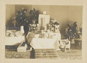 漱石没後、漱石山房の書斎に設えられた祭壇。中央に漱石の遺骨が安置され、その前に戒名「文献院古道漱石居士」の書かれた位牌がある。写真提供/神奈川近代文学館