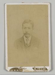 漱石の見合い写真。裏面に漱石の自筆で「明治廿七年三月写 夏目金之助」と書かれていた。写真提供/神奈川近代文学館