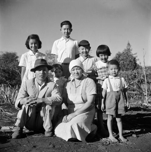家族の集合写真、パラナ州ロンドリーナ、シャカラ・アララ、1950年頃(C)Haruo Ohara / Instituto Moreira Salles collection