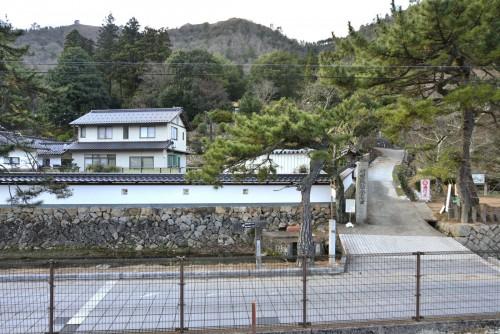 駅裏の登山口。