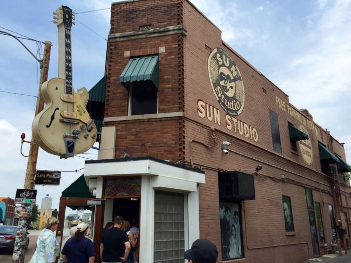 エルヴィス・プレスリーが自分の歌を母親にプレゼントするために、初めてレコーディングした『サンスタジオ』。