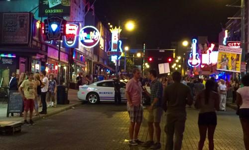 週末のビール・ストリート。パトカーがスタンバイしているが、決して危ない場所ではない。