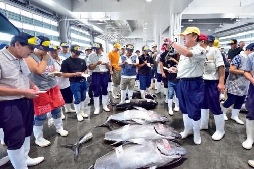 『三陸塩竃ひがしもの』の口開けは一年で最も港が活気づく。この日最大のメバチは109㎏。キロ4500円の値がついた。