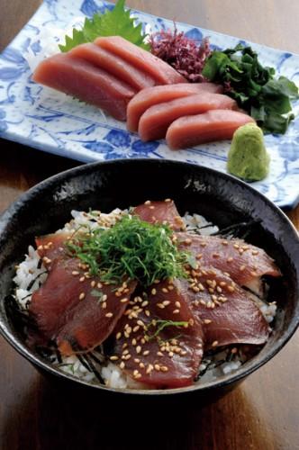 函館駅近くの居酒屋「戸井マグロ第八十八 大漁丸」の「戸井マグロのづけ丼」と「赤身刺し」