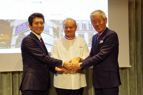 写真右から桜井博志会長、ジョエル・ロブション氏、桜井一宏社長。