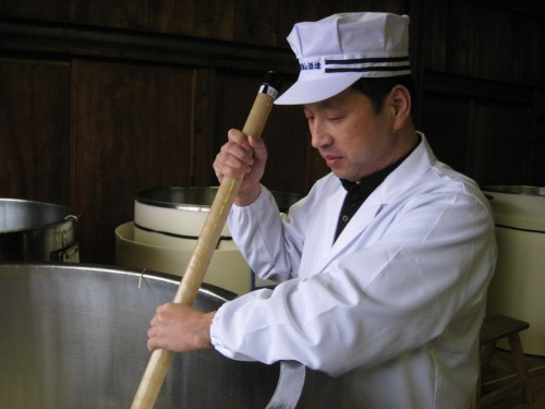 酒母に櫂入れをする長谷川杜氏。