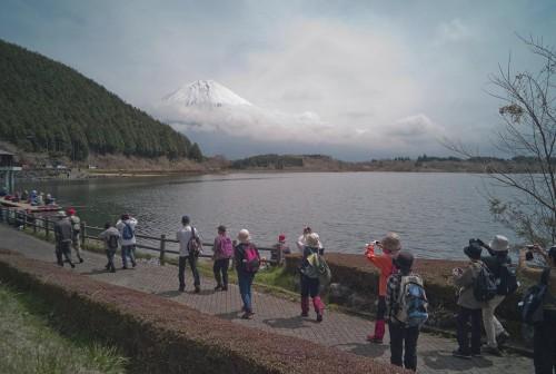 田貫湖から見たウォーキング風景。