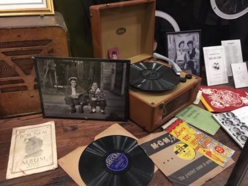 ロックンロールが生まれたスタジオならではの豊富な資料を展示。ツアーでは見るだけでなく、貴重な音源も披露してくれる。