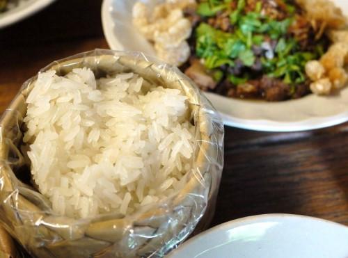 カオニャオは竹で編んだ籠(かご)に入って供される。魚醤(ぎょしょう)と香草の香りに満ちた料理と相性抜群だ。