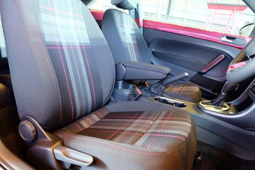 シートのタータンチェックは、フォルクスワーゲンのスポーティモデル「GTI」シリーズ専用のデザインにピンクを配した、この車専用のもの。