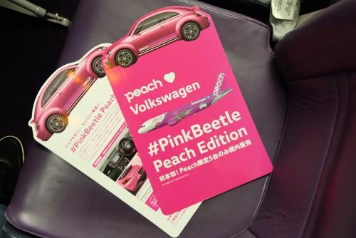 ピーチ機のシートポケットに入っていた、日本初の機内販売専用特別限定車「#PinkBeetle Peach Edition」のPOP。