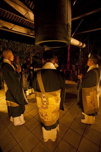 僧侶に続いて拝観者も鐘を撞ける。