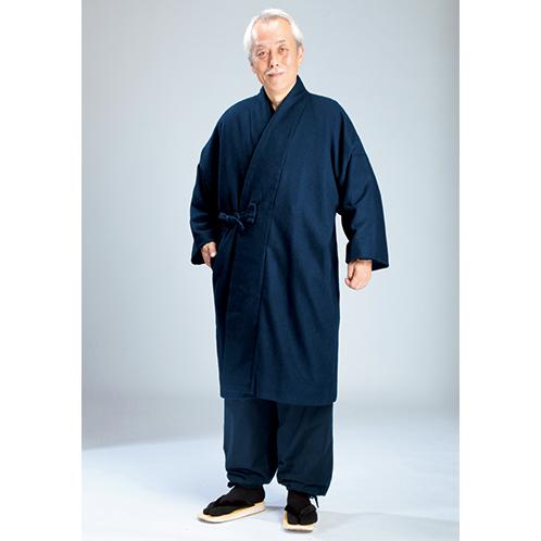 スエード裏地付き作務衣と合わせれば、特別に誂えたような一体感。前ポケットがふたつ付く。