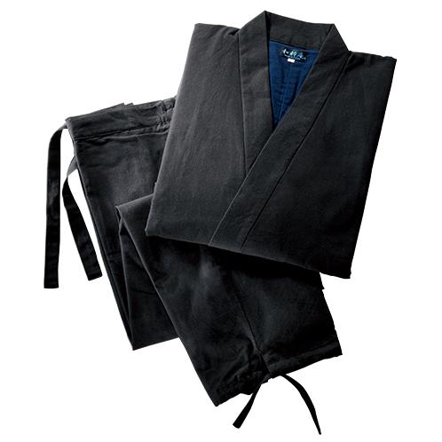 上着の左前とズボンの両側にポケットを計3つ装備。ズボン前はファスナー開き。ウェストはゴムと紐で締める。ズボンの裾は紐で結ぶ。