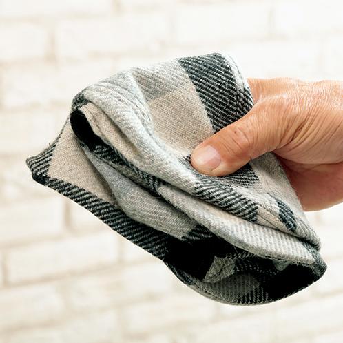 まず二つ折り、それからもう一度ツバの部分を折り曲げて四つ折りにできる(長時間の折り曲げは厳禁)。リュックやコートのポケットに入る。